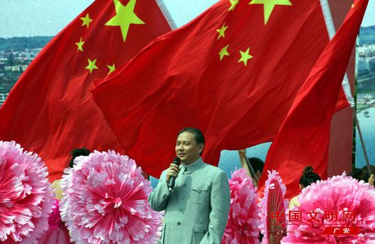 著名女高音歌唱家,《映山红》原唱者邓玉华在演唱《映山红》.