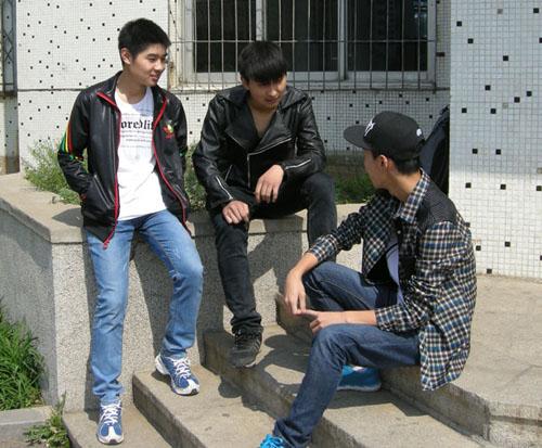 3月29日,沈阳市176中学的高三学生徐海洋,徐云亮,张晓宇走在葫芦岛
